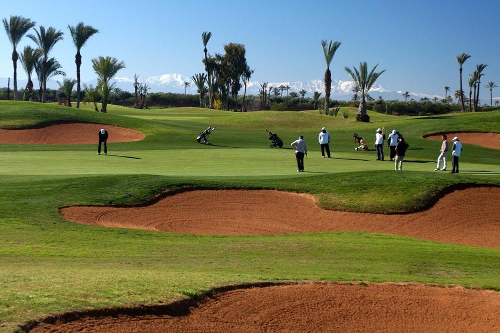 Golfeurs et bunkers sur le parcours de Al Maaden