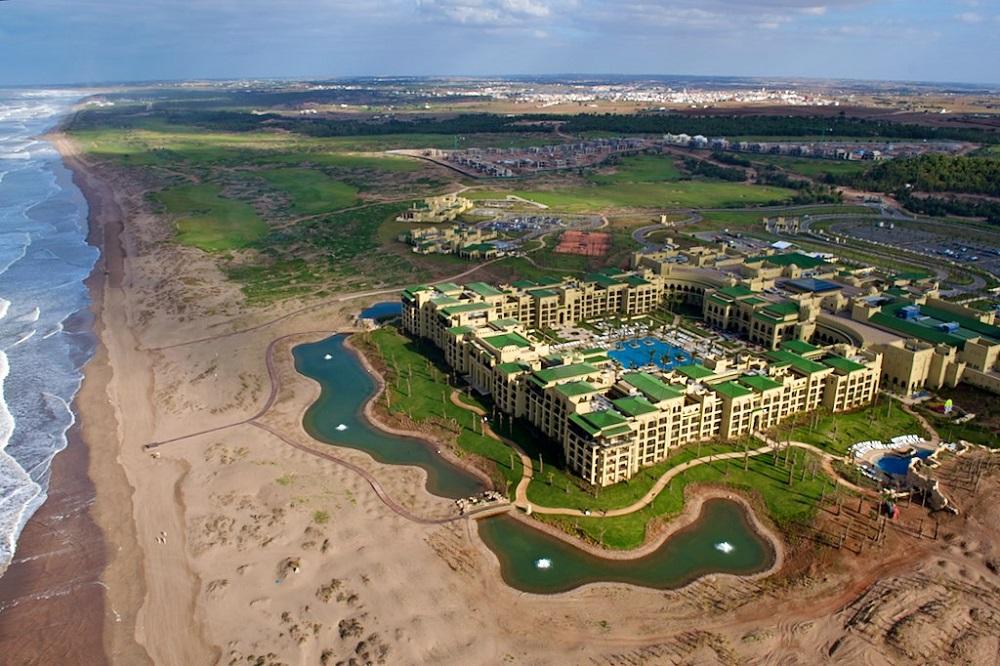Une vue avec un drone du golf de Mazagan.