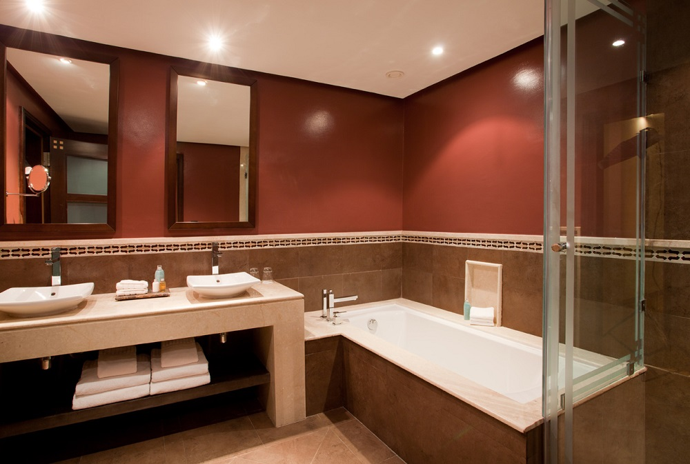 Une salle de bain de l'hôtel Kenzi Menara.