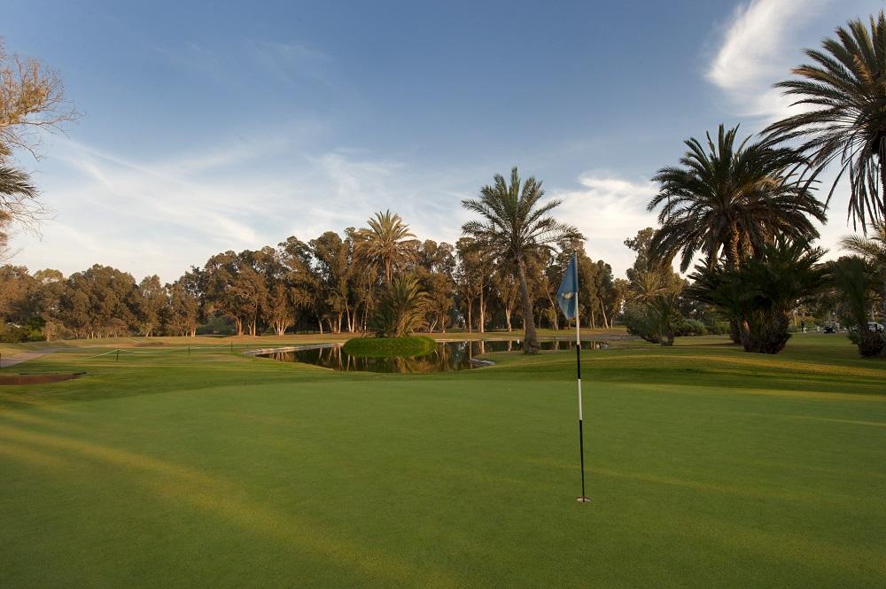 Drapeau sur le green du golf du soleil