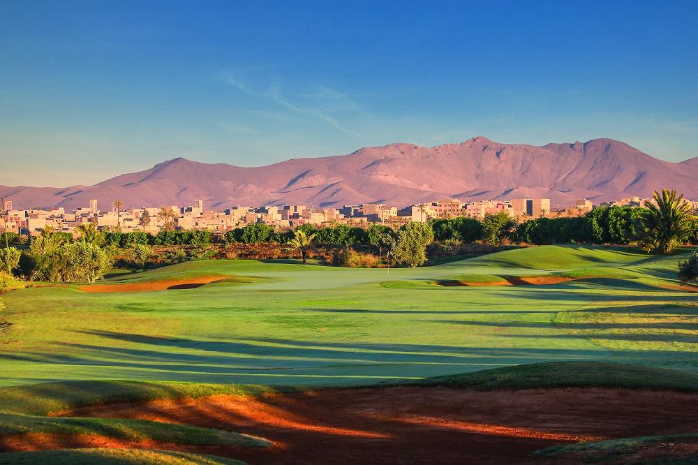 Vue sur le golf de La Palmeraie et vue sur les montagnes de l'Atlas au Maroc