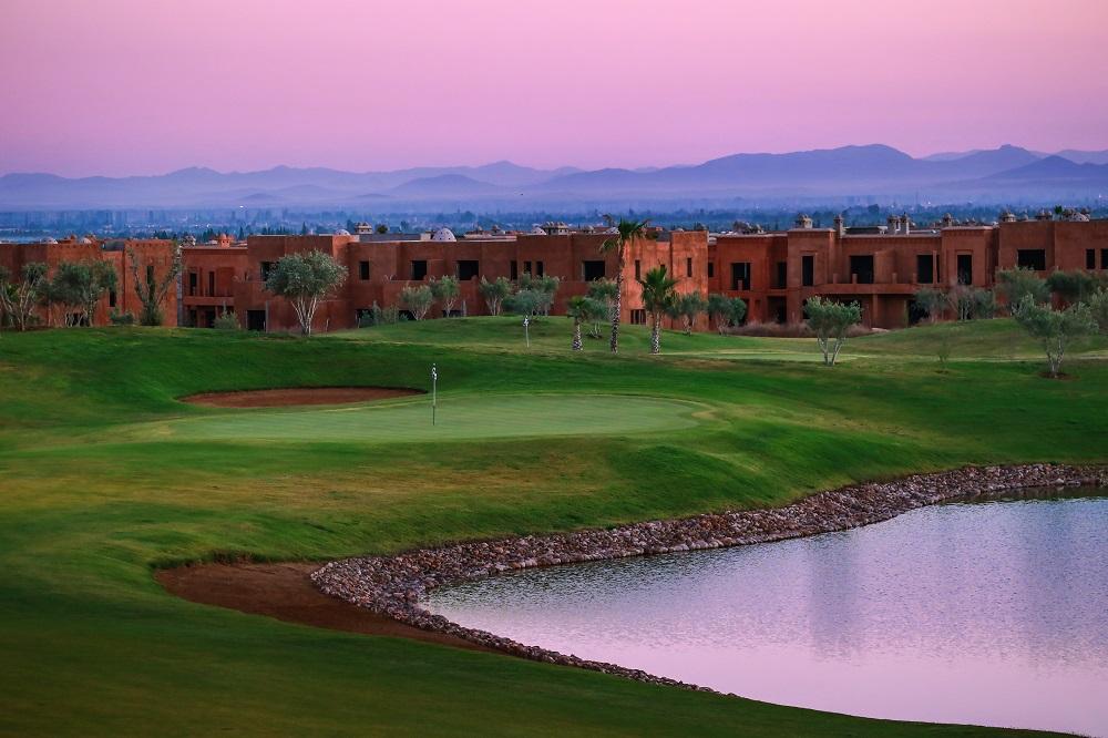 Obstacle d'eau et coucher de soleil sur le parcours de golf Ourika au maroc