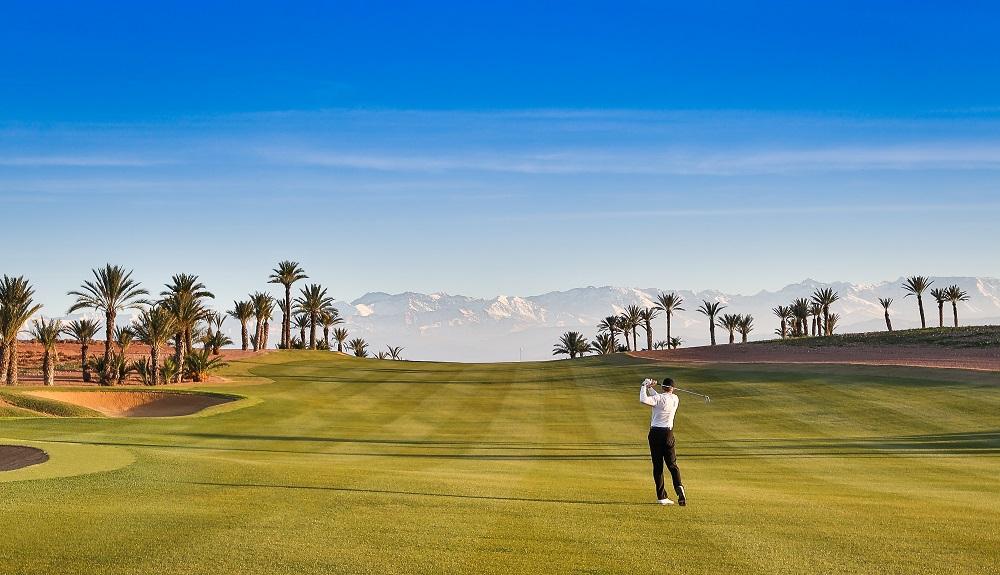 Un joueur sur le fairway du golf d'Assoufid.