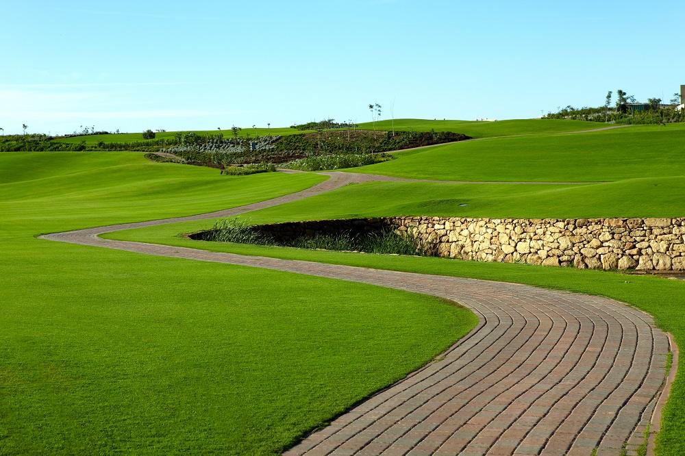 Le chemin le long du fairway du golf de Casa Green.