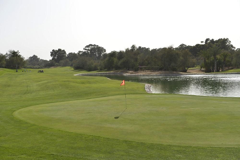 Le green longeant le lac du golf des dunes.