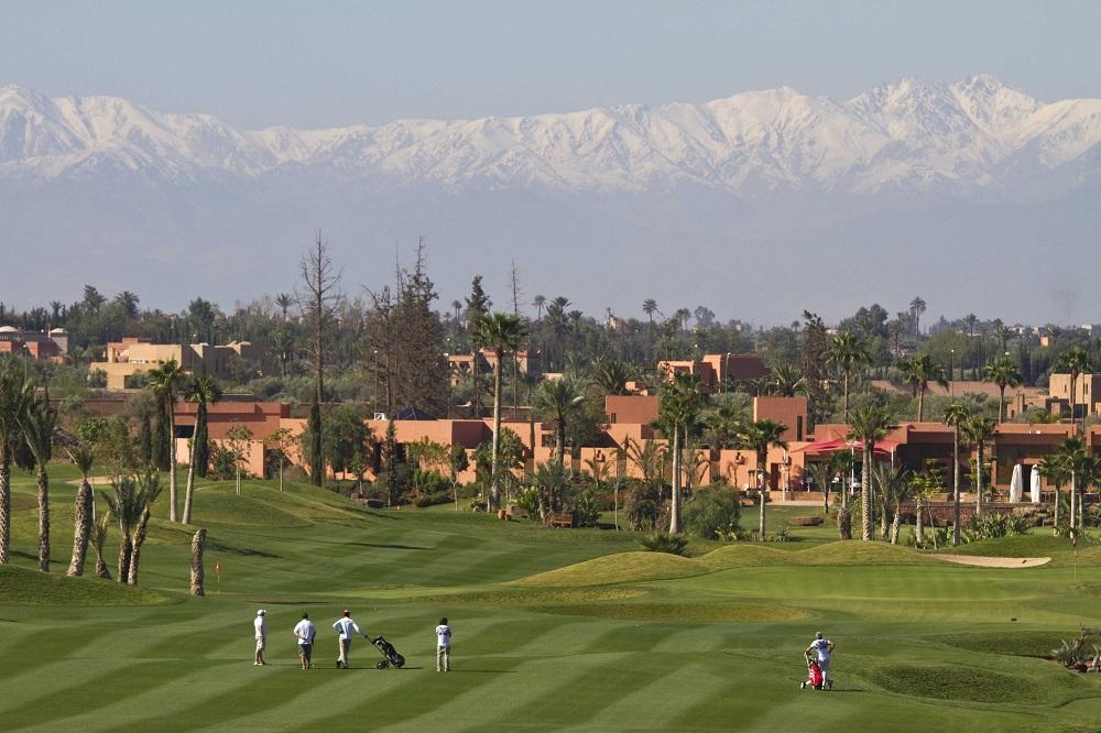 Les joueurs et le fairway du golf de l'Atlas.