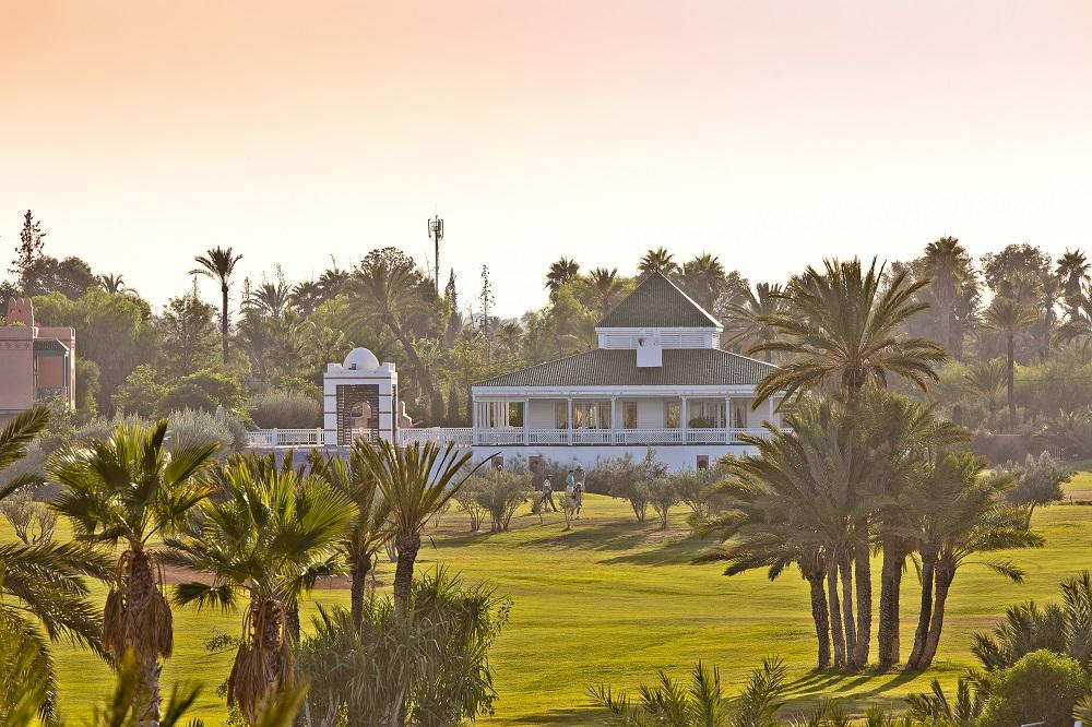 Le club house sous le couché du soleil du golf de Palmeraie.