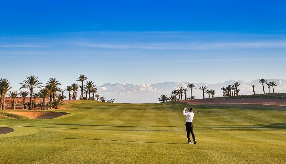 Un golfeur sur un parcours au Maroc