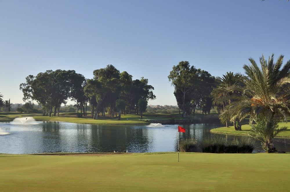 drapeau rouge au bord d'un étan au golf du soleil