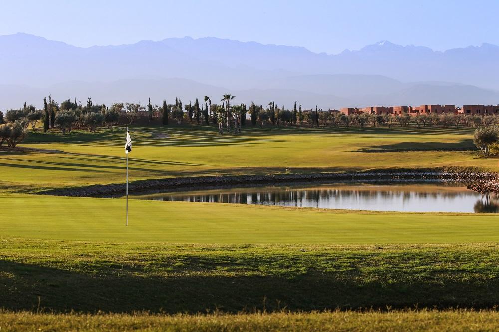 Large green et obstacle d'eau sur le parcours Palm Golf Ourika Marrakech au Maroc