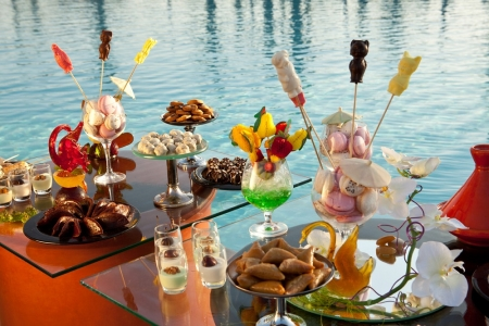 Buffet au bord de la piscine à l'hôtel Kenzi Menara Palace
