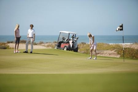 Des joueurs sur le green du golf de Mazagan.