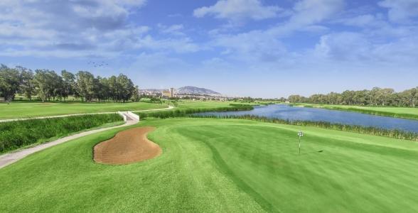 Le green et le lac d'un green du golf d'Oued Fès.