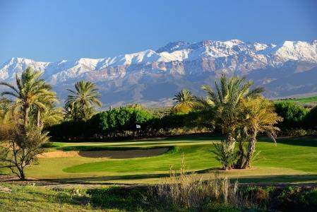Le green du  golf d'Assoufid devant l'Atlas.