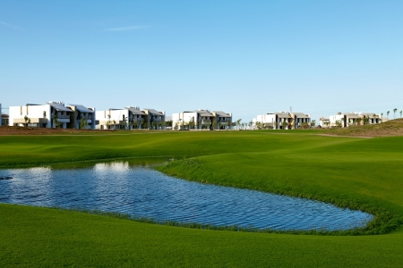Le lac et les immeubles du golf de Casa Green.