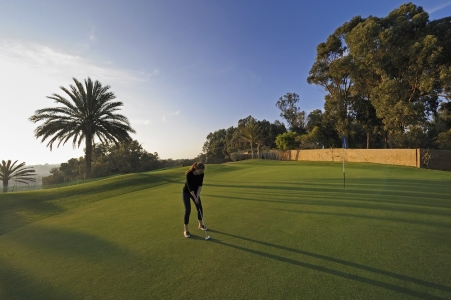 Joueuse sur le green du golf du soleil