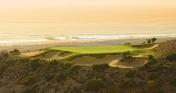 Un green du golf de tazegzout surplombant la mer.