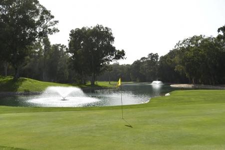 Le drapeau près des fontaines du golf des dunes.
