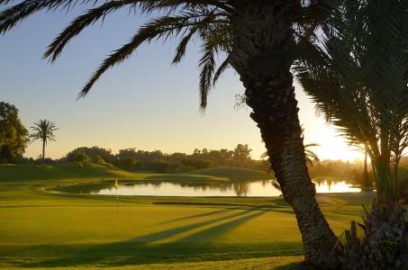 couché du soleil avec drapeau au golf du soleil