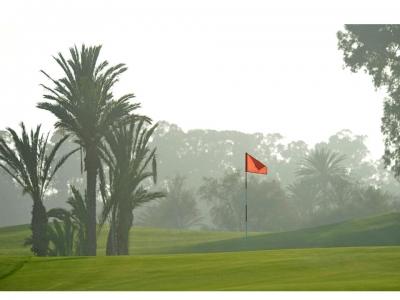 La drapeau rouge du golf des dunes.