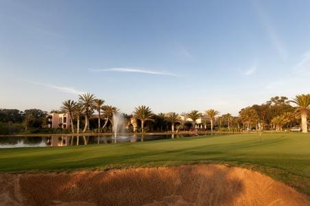 Le green et la fontaine du golf du soleil.