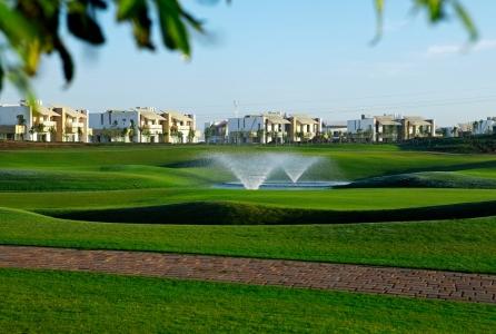 Les immeubles et la fontaine du golf de Casa Green.