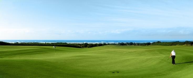 Une approche sur le golf de Mazagan.