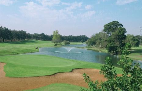Le vue d'ensemble d'un trou du golf le Royal Dar Es Salam.