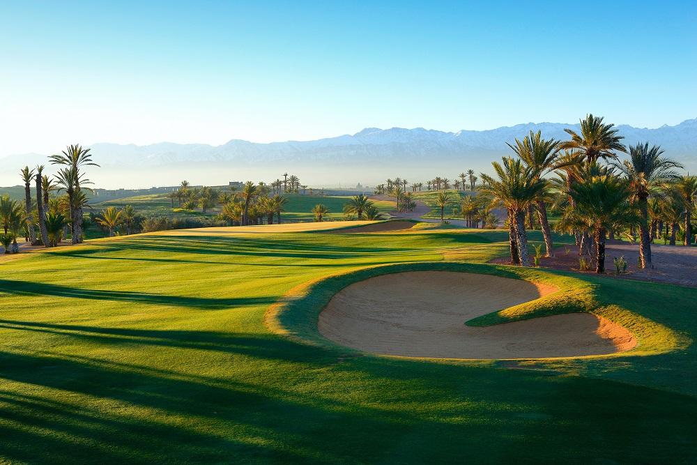 Le fairway ensoleillé du  golf d'Assoufid.