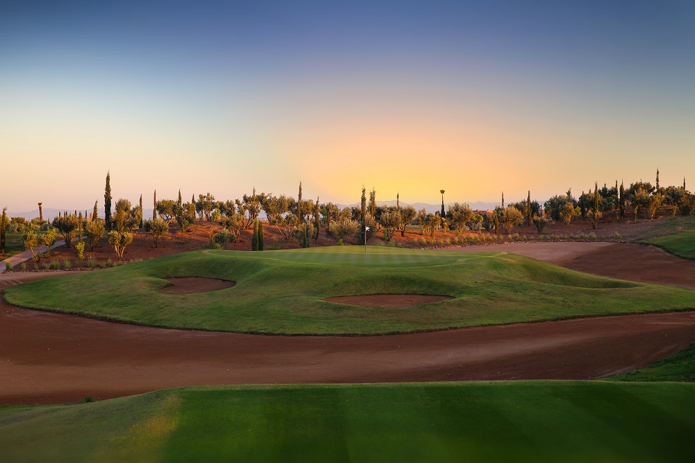 Large green entouré de bunkers au Palm Golf Ourika à Marrakech