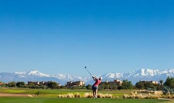 Golfeurs au depart avec l'atlas sur le parcours de Marrakech