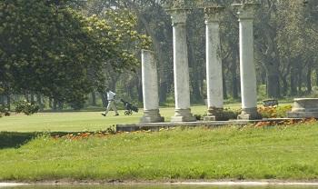 Colonnes et golfeurs sur le parcours de Rabat