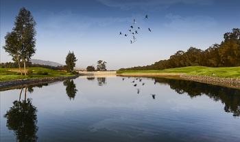 Obstacles d'eau sur le parcours de golf à Fès